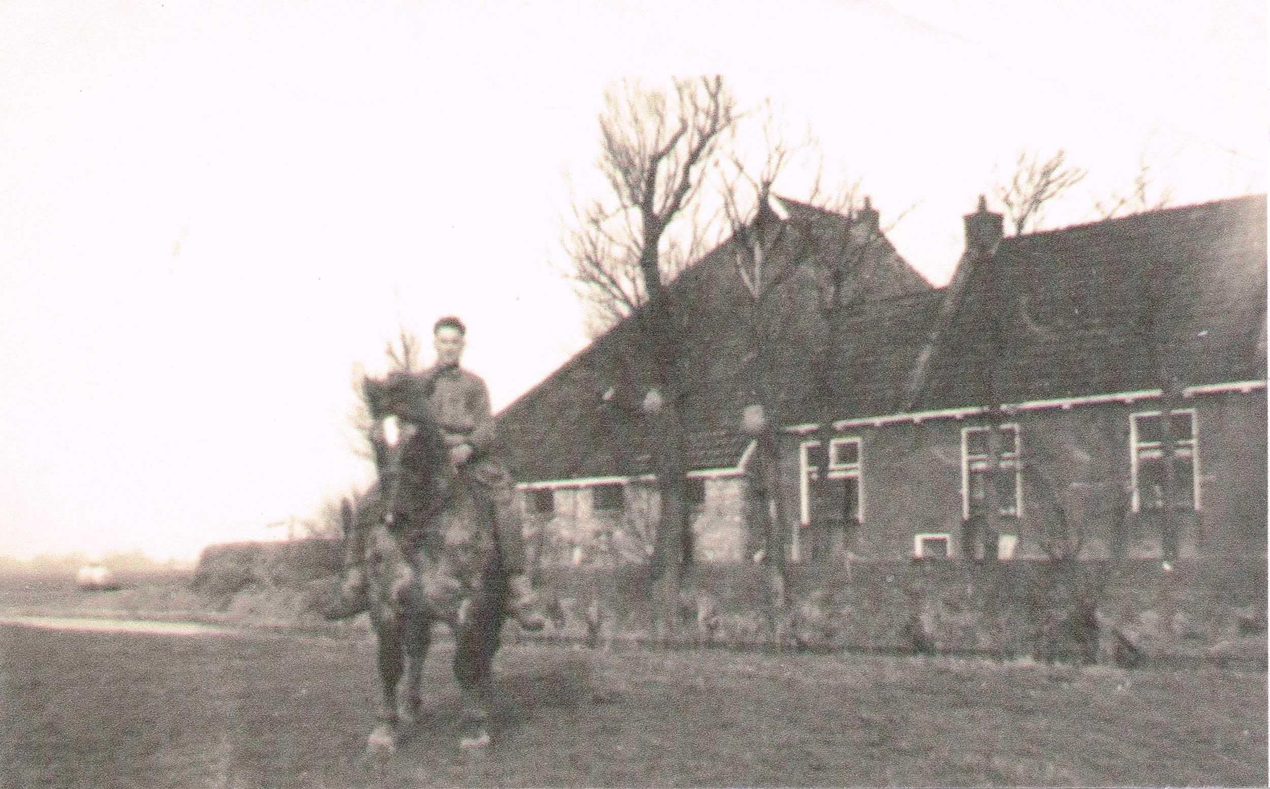 Een man op een paard bij Cleyn Alserd, in het land aan de andere kant van de Ingelumervaart