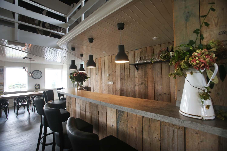De bar in de grote zaal, inclusief koelkast