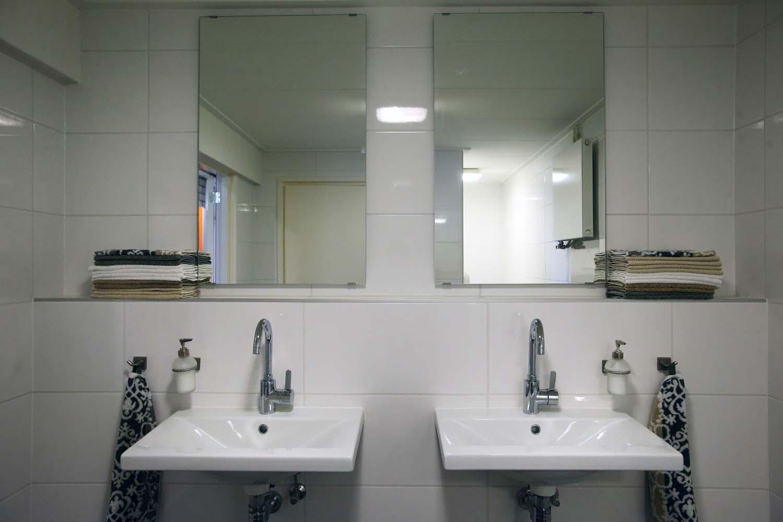 Een van de grote badkamers met dubbele wastafels