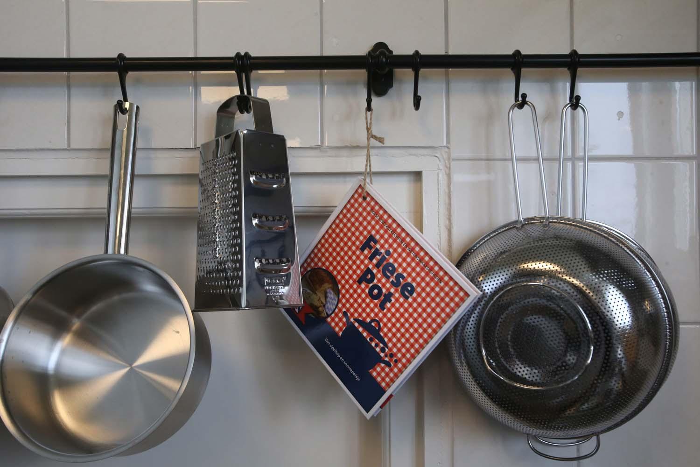 Alle kookbenodigheden zijn aanwezig, inclusief boekje met typisch Friese gerechten